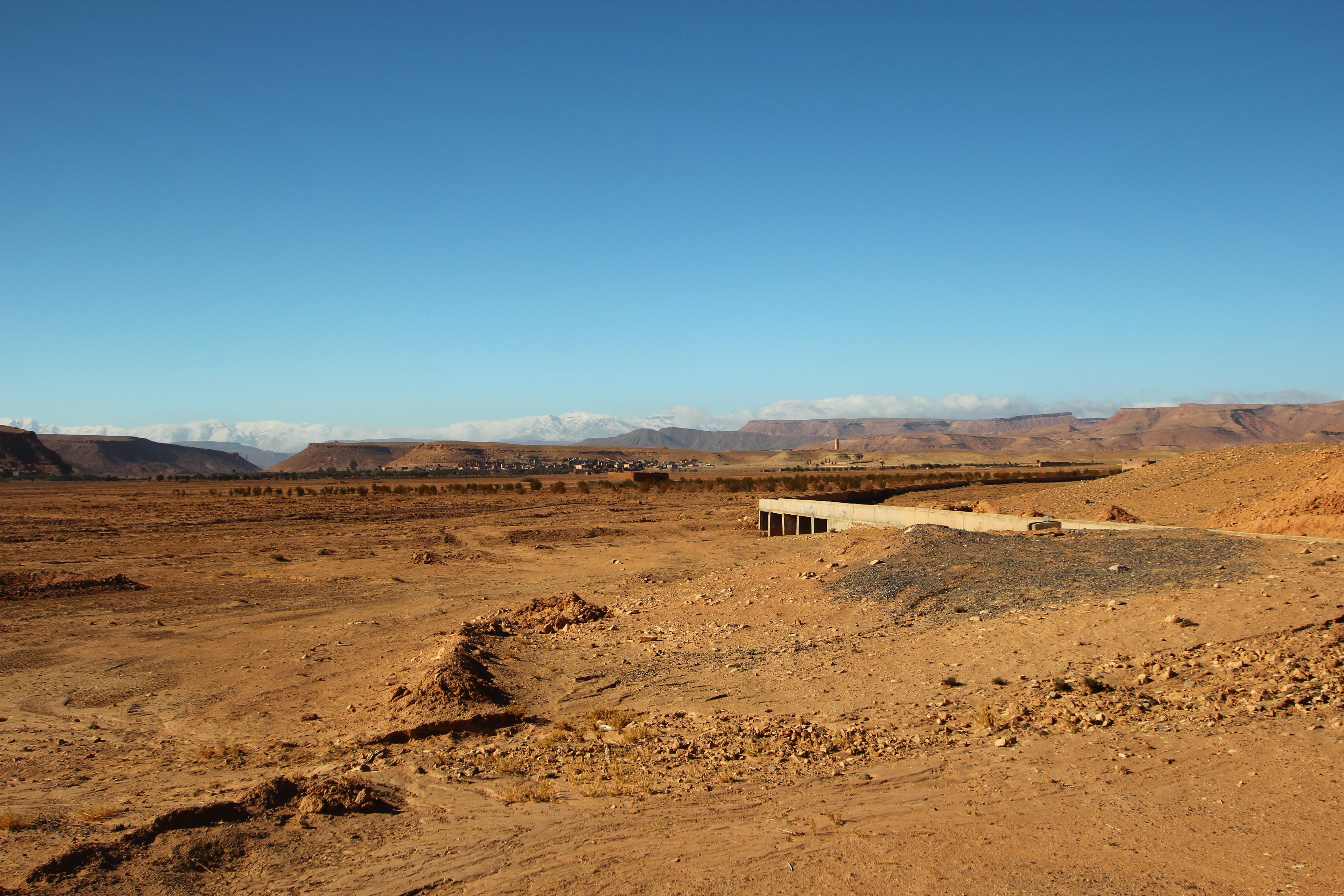 Marokko. Karge Landschaft. Im Hintergrund das schneebedeckte Atlasgebirge.