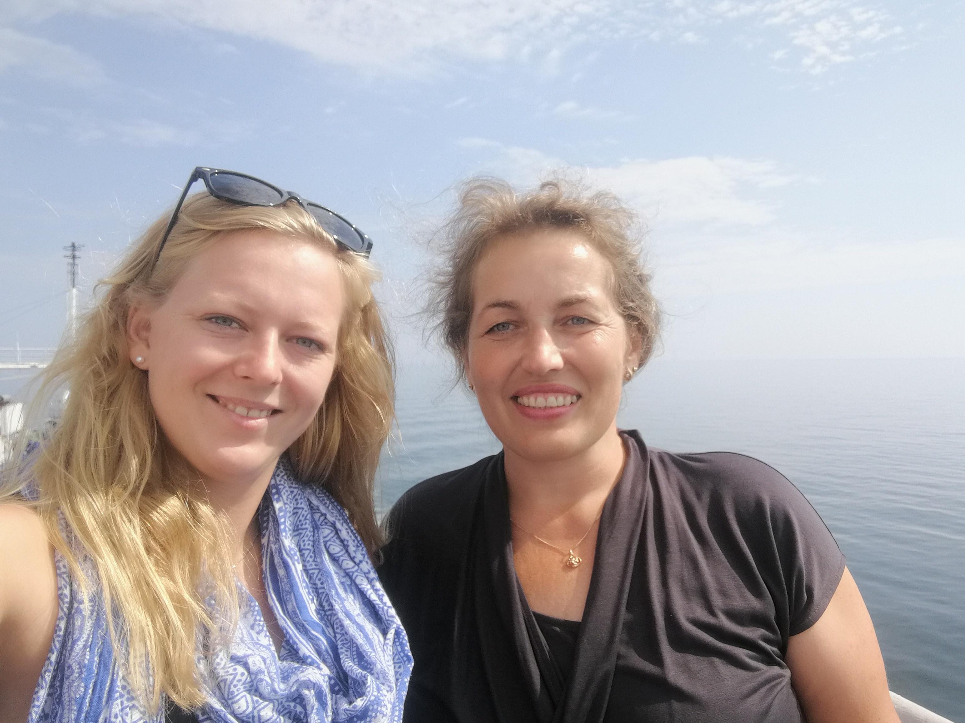 Zwei Frauen stehen auf Deck und machen ein Selfie